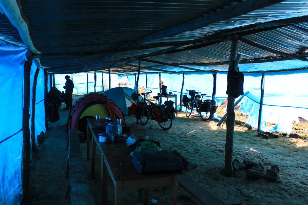 In diesem Planenhaus durften wir unser Zelt aufschlagen. Im Nachbarzelt waren zwei Reisegruppen mit 30 Zelten und doppelt so viel Personen. Da hatten wir ja richtig viel Platz.