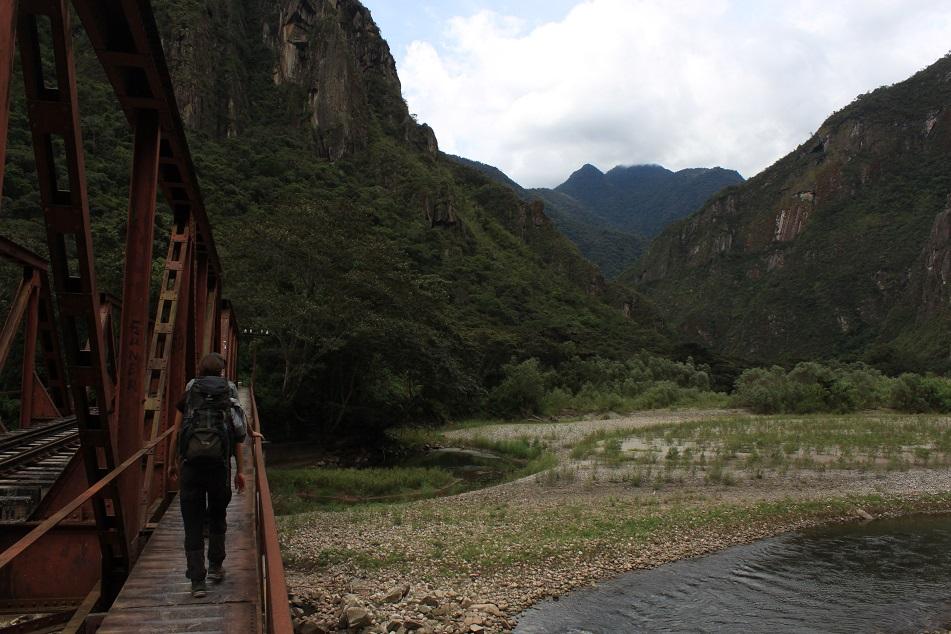 Eine Brücke führt uns über den Rio Urubamba.