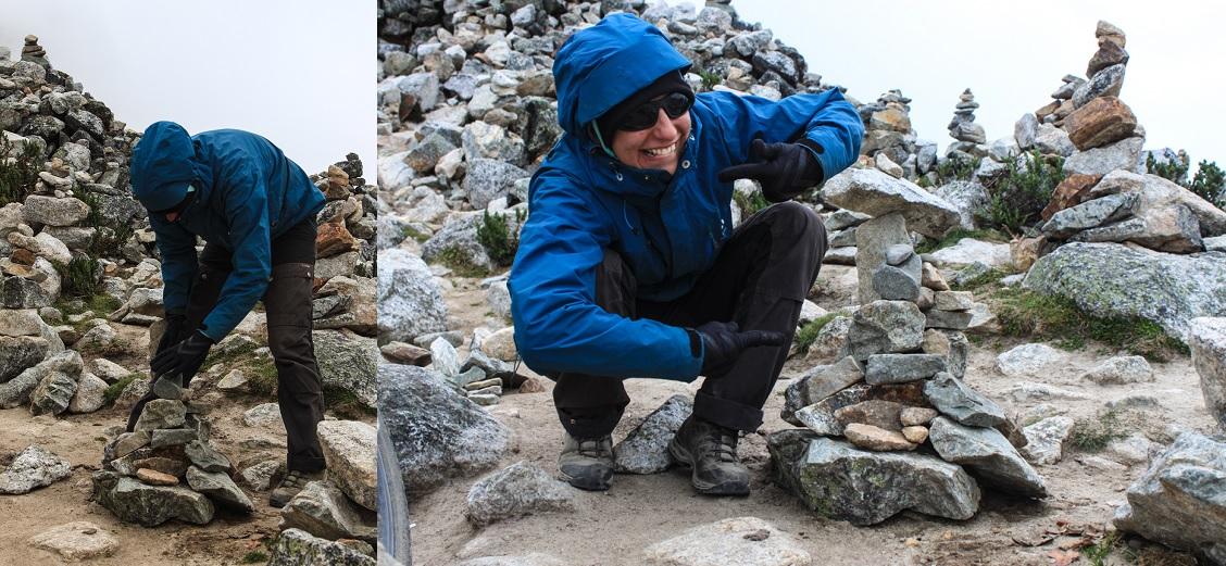 Der Gipfel war voller kleiner Steintürmchen. Anja hat für uns auch ein Türmchen errichtet, damit uns die Berggötter bei dieser Etappe bitte kräftig unter die Arme greifen.