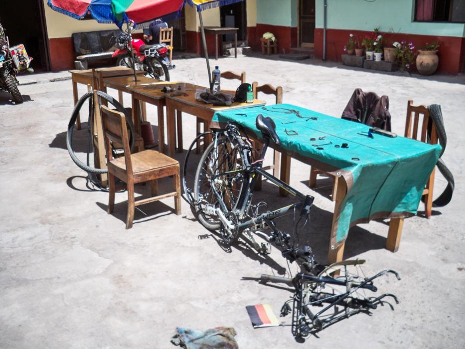 Die sehr netten Eigentümer des Hostels müssen schon befürchtet haben, dass wir gar nicht mehr weiterfahren können. Aber in Cusco ist es wohl in Peru am einfachsten an Ersatzmaterial heranzukommen. Ein passendes Lenklager gab es beim Fahrradladen gegenüber.