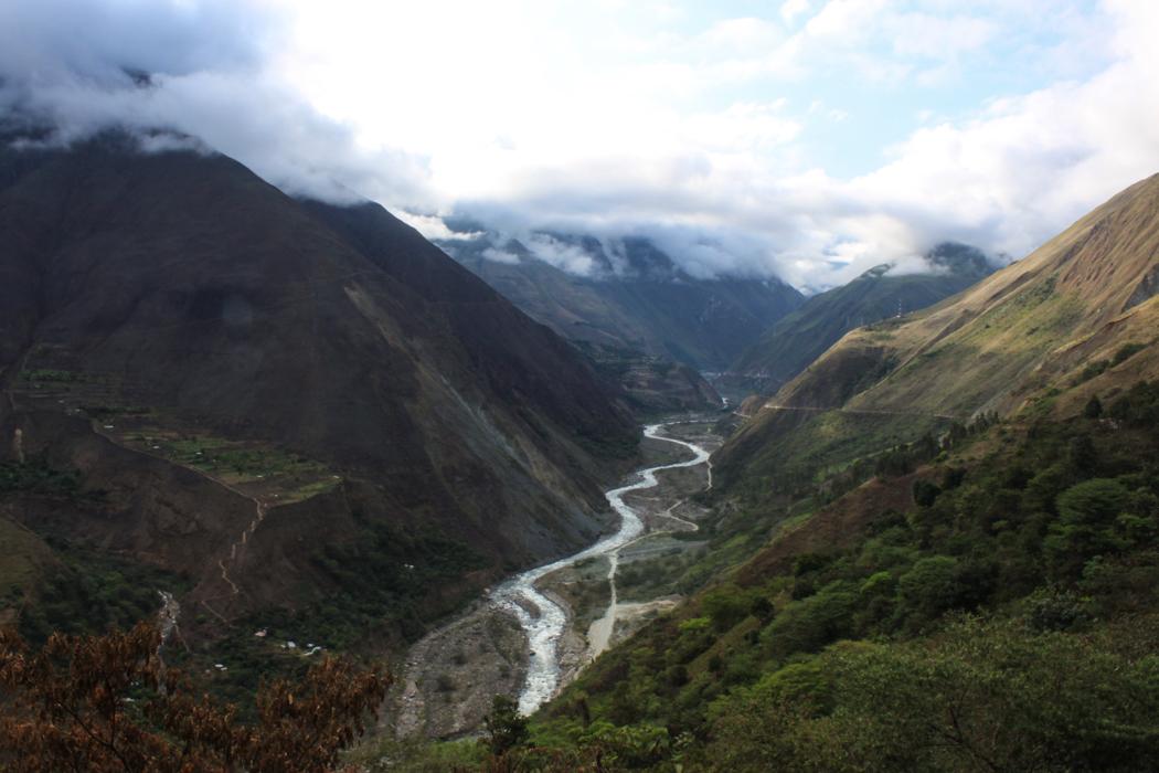 Dort unten schlängelt sich der Rio Urubamba entlang.