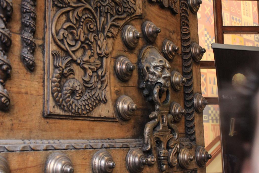 Verzierungen an einer Kirchentür.