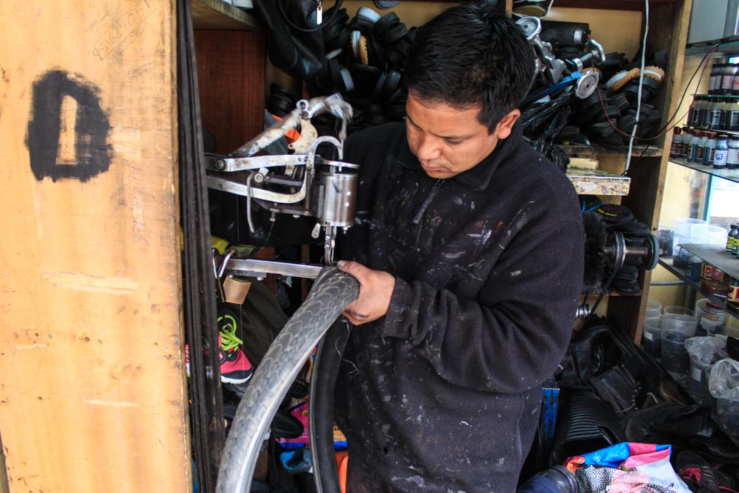 Eigentlich werden hier Schuhe repariert. Rodrigo hat sich trotzdem unserem kaputtem Reifen angenommen und ihn mit einer Art Angelsehne wieder zusammengenäht. Sollte sich herausstellen, dass diese Naht den Reifen für die nächsten 5.000 Kilometer zusammenhielt. Ein hoch auf Peru! Hier wird einfach alles geflickt und repariert.