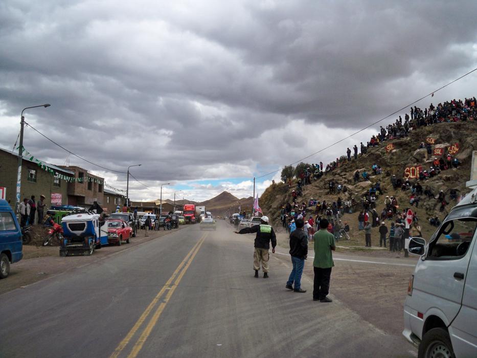Schon von weiten haben wir die Rauchfahnen von über die Felder rasenden Rallyfahrzeugen gesehen. Hier in Ayaviri konnten wir uns dann die Straße mit den Rennwagen teilen, die mit über 100 Sachen an uns vorbeijagten.