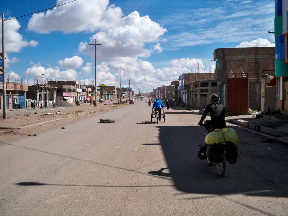 Es war wieder einer der üblichen Streiktage als wir Juliaca verließen. Die Straßen waren überseht mit Glasscherben, Reifenmauern, brennenden Mülltonnen und Reifen. Das sollte uns für den Rest des Tages eine fast freie Straße bescheren.
