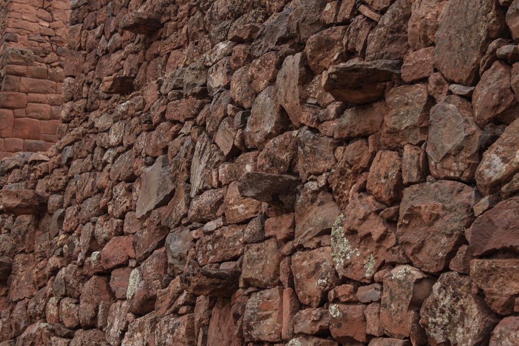 Nach Cusco konnten wir noch einige kleine Tempelanlagen der Inkas entlag des Weges erkunden. Man beachte die Raumspartreppe.