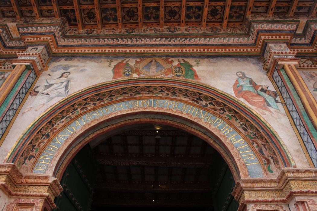 """In Andahuaylillas haben wir uns die sogenannte """"Schönste Kirche der Anden mal von außen angeschaut"""". In der Kirche war eine geschlossene Veranstaltung, sodass wir leider nicht eintreten durften."""