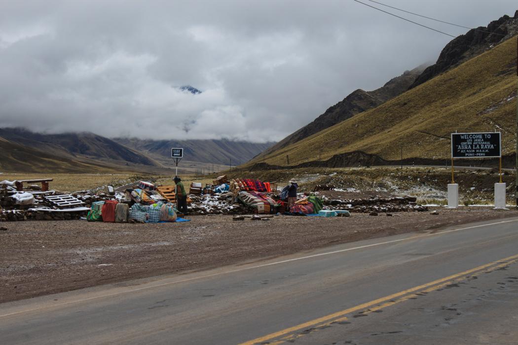 Früh am Morgen wird der Gipfelshop  am Abra La Raya eingerichtet